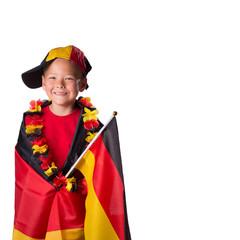 Junger Deutschlandfan in Fahne gehüllt