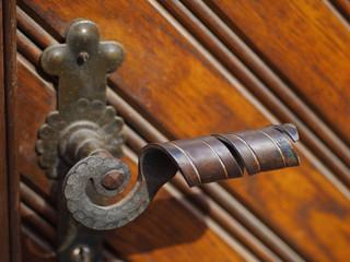 Alte Holztüre mit Metallgriff
