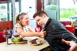 Paar beim essen und trinken in Fastfood Diner