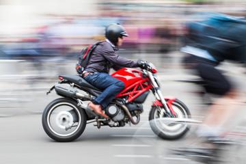 Motorrradfahrer in Bewegungsunschärfe