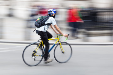 Fahrradfahrer in Bewegungsunschärfe