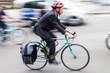Geschäftsmann mit Fahrrad unterwegs