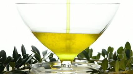 ungefiltertes Olivenöl laüft in ein Glas