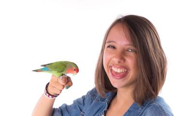 jeune fille souriante et oiseau apprivoisé
