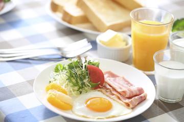 朝食のベーコンエッグ