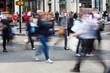 Menschen beim Einkaufen in der Großstadt