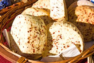 formaggi piccanti al mercato