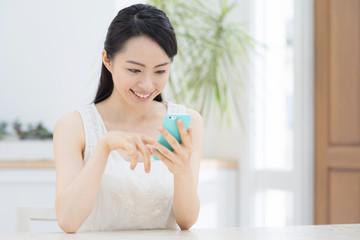 スマートフォンを使う若い女性