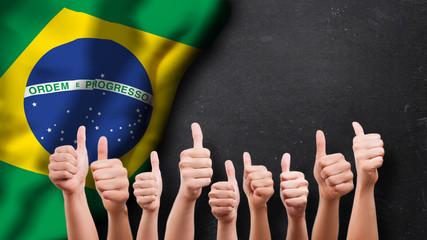 Daumen-Hoch-Gesten vor Brasilienfahne