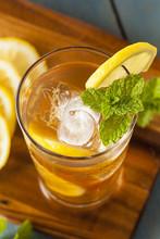 Homemade thé glacé avec des citrons