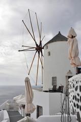 alte windmühle auf santorin, griechenland