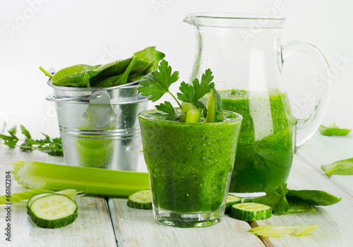 Healthy green smoothie - 66162284