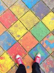 Füße auf buntem Bürgersteig