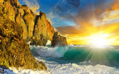 Рассвет на скалистом берегу