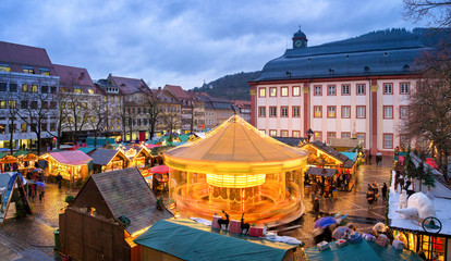 Weihnachtsmarkt in Heidelberg auf dem Universitätsplatz