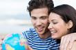 canvas print picture - junges paar schaut auf globus