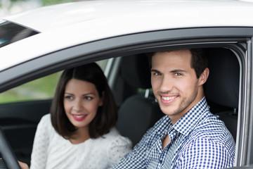 lächelndes paar im auto