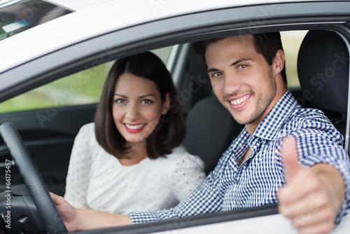 mann im auto zeigt daumen hoch - 66175457