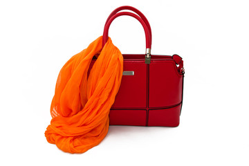 Красная сумка и оранжевый шарф на белом фоне