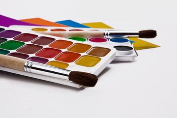 акварельные краски с кистью для рисования