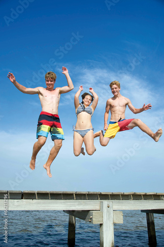 Springende Teenager am Meer