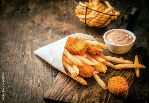 Spoed canvasdoek 2cm dik Restaurant Crumbed fried fish nuggets with potato chips