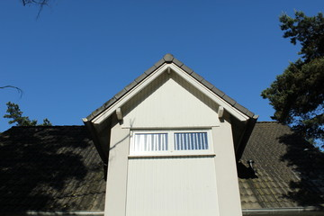 Vordach Dach gen blauen Himmel
