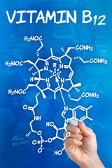 Hand zeichnet chemische Strukturformel von Vitamin B12