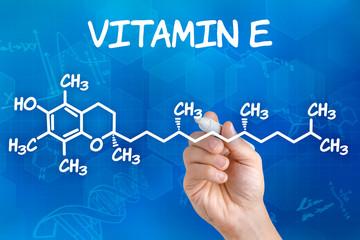 Hand zeichnet chemische Strukturformel von Vitamin E