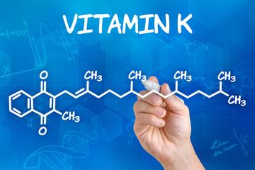 Hand zeichnet chemische Strukturformel von Vitamin K