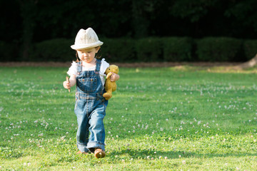 芝生で遊ぶ少女