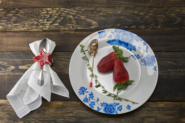 Plate with strawberries, covered and napkins