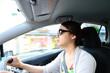 ドライブしているサングラスをかけた女性