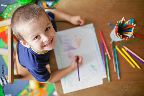 Boy, drawing a picture for fathers day - 66241608