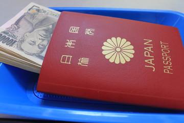 パスポートと札束