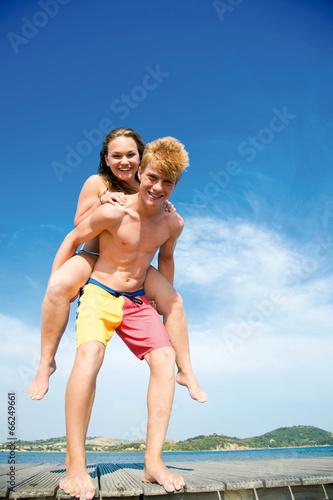 Junge mit Mädchen Huckepack