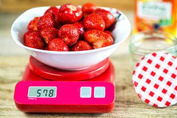Erdbeeren auf einer Waage