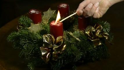 Anzünden eines Adventskranzes 1.Kerze