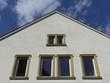 Sanierte Fassade mit Fensterrahmen aus beigem Sandstein
