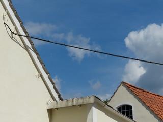 Fassaden und Giebel vor blauem Himmel mit Wolken bei Detmold