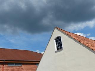 Wohnhaus und Lagerhalle mit Ziegeldach in Oerlinghausen