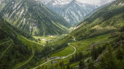 Straße in den Alpen in HDR