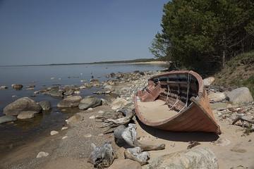 Лодка выброшенная штормом