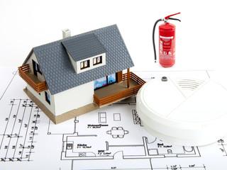 Haus mit Rauchmelder und Feuerlöscher