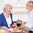 älteres ehepaar beim frühstück zu hause