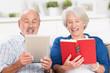 älteres paar mit buch und e-book