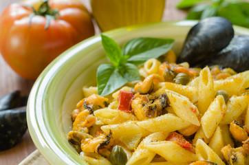 Penne con cozze,bottarga,capperi e pomodoro, cucina mediterranea