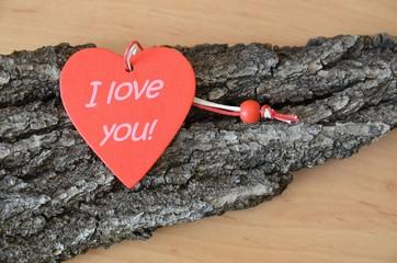 Rotes Holzherz mit Aufschrift - I love you