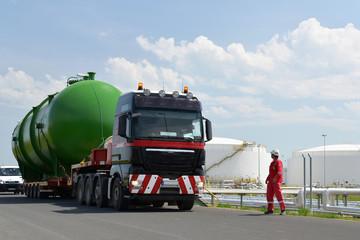 Schwerlasttransport in einer Raffinerie // Heavy transport