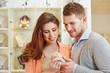 Paar probiert Ring beim Juwelier